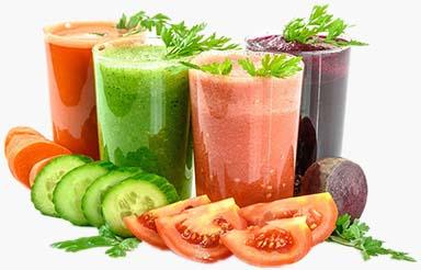 Verschiedene frisch zubereitete Gemüsesäfte
