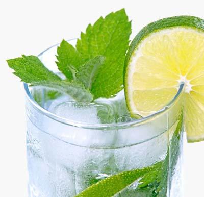 gekühlter Cocktail im Glas mit Eiswürfeln